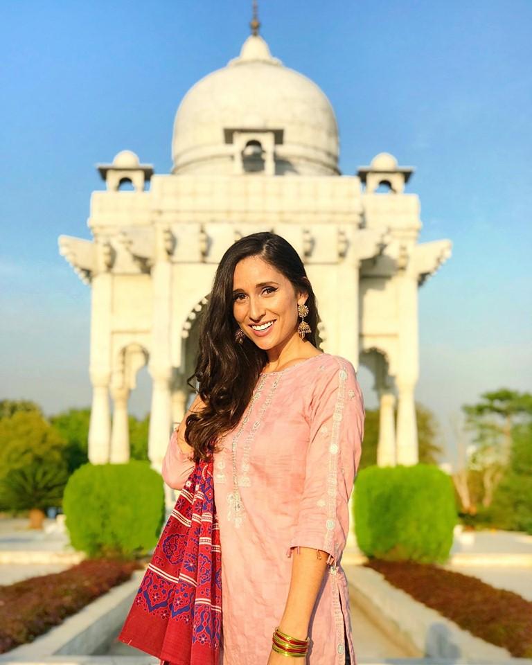 Alyne Tamir in Pakistan